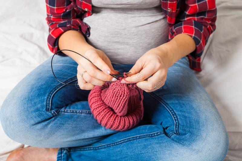 Закройте вверх knit беременной женщины стоковое фото rf