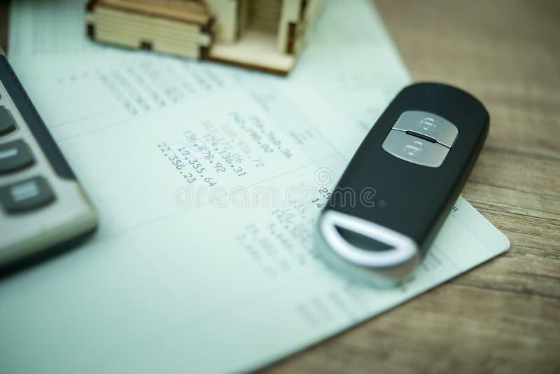 закройте вверх remote и счетной книги автомобиля в финансах и банке стоковые фото