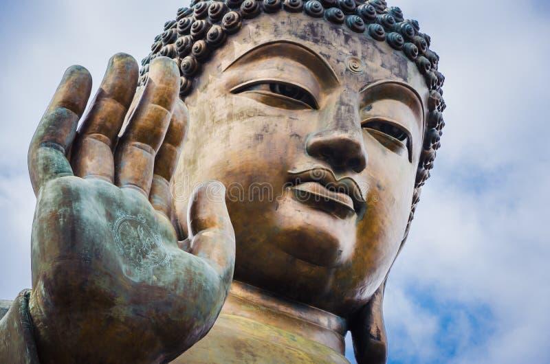 Закройте вверх Tian Tan Будды с деталями руки - ` s самого высокорослого внешнего усаженного бронзового Будды миров расположенног стоковые изображения rf