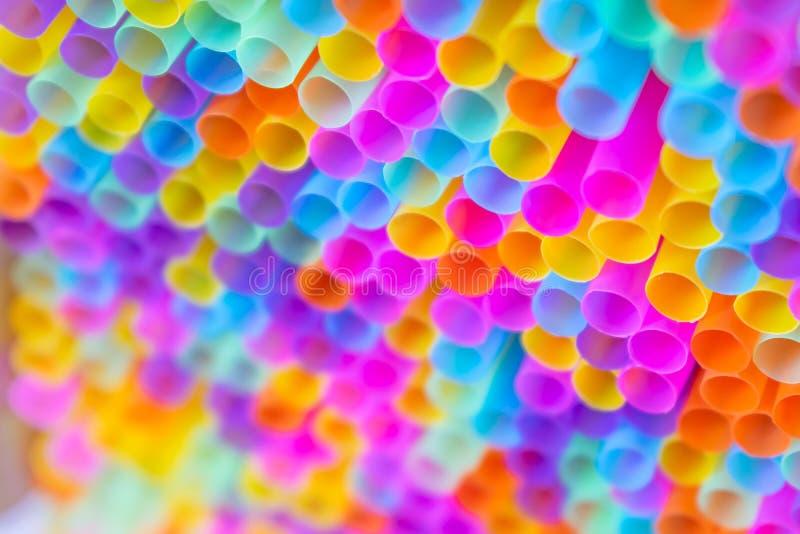 Закройте до солом множества красочных предпосылку стоковое изображение rf