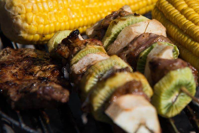Закройте на мясе с плодоовощами на гриле стоковое фото