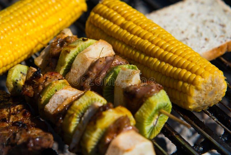 Закройте на сыром мясе с плодоовощами на гриле стоковые изображения