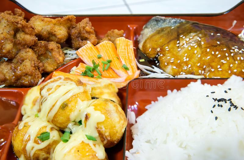 Закройте рыб коробки для завтрака японских бенто Saba расположено в японском ресторане стоковые изображения rf