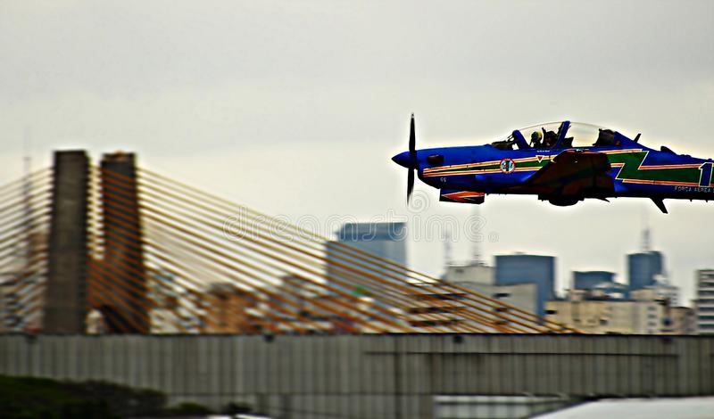 Закройте самолетом к городу São Paulo стоковые фото