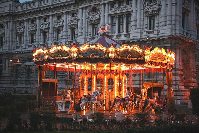 закрутка ночи carousel нерезкости стоковая фотография rf