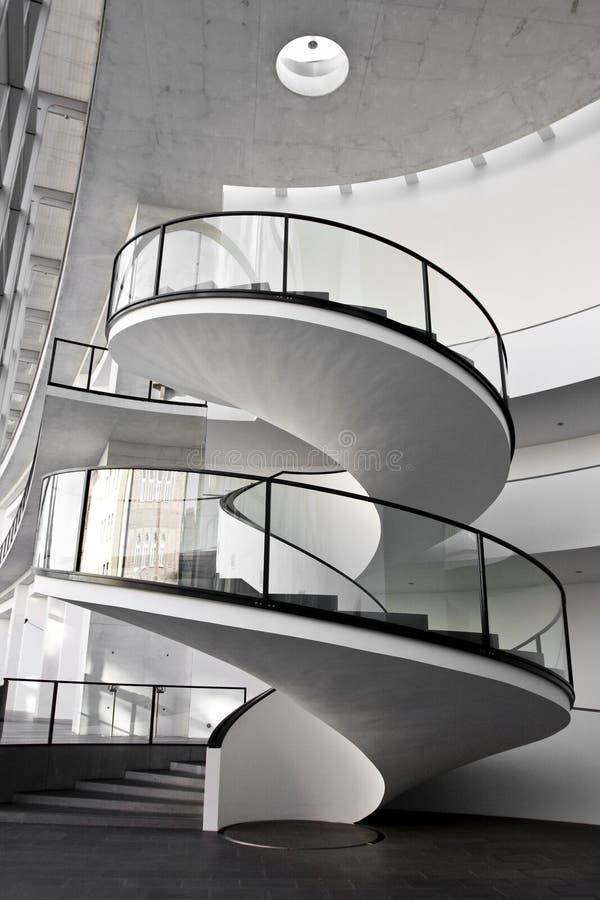 закручивает в спираль лестница стоковая фотография