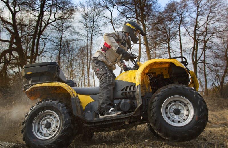 Закручивать грязи велосипеда квада ATV катит стоковое изображение
