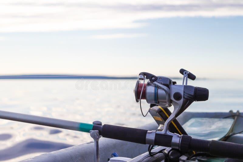 Закручивая вьюрок на рыбной ловле шлюпки стоковая фотография rf