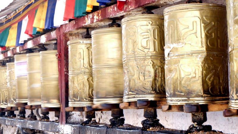 Закручивая колеса молитве стоковые фото