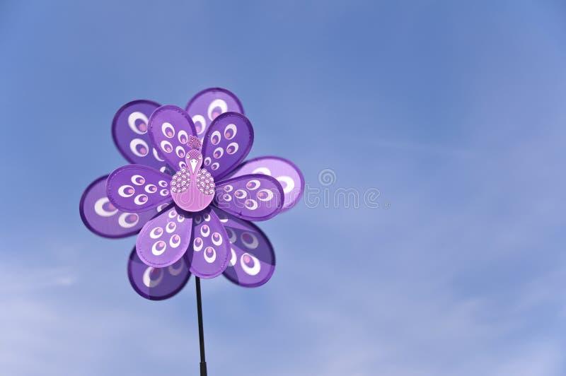 Закручивая pinwheel в форме птицы, голубое небо стоковые фото