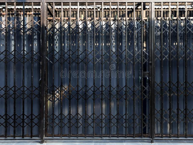 Закрывайте цвет двери завальцовки металла голубой и черный стоковые фотографии rf