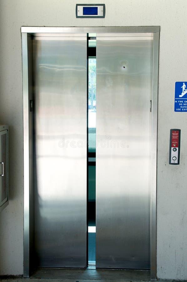 Закрывать дверей лифта нержавеющей стали стоковое фото