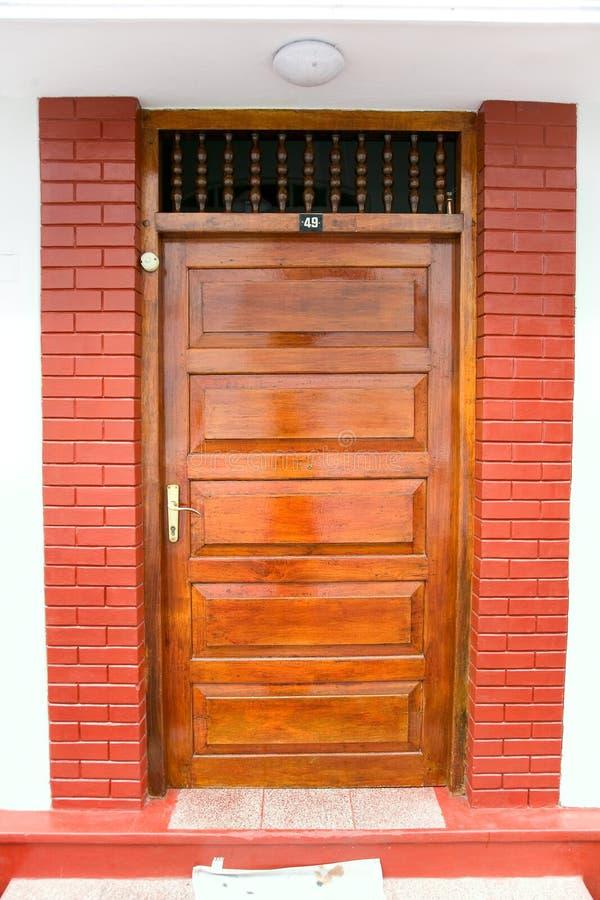 Закрытая богато украшенная деревянная дверь высококачественного дома, accented с сватать стоковое фото rf