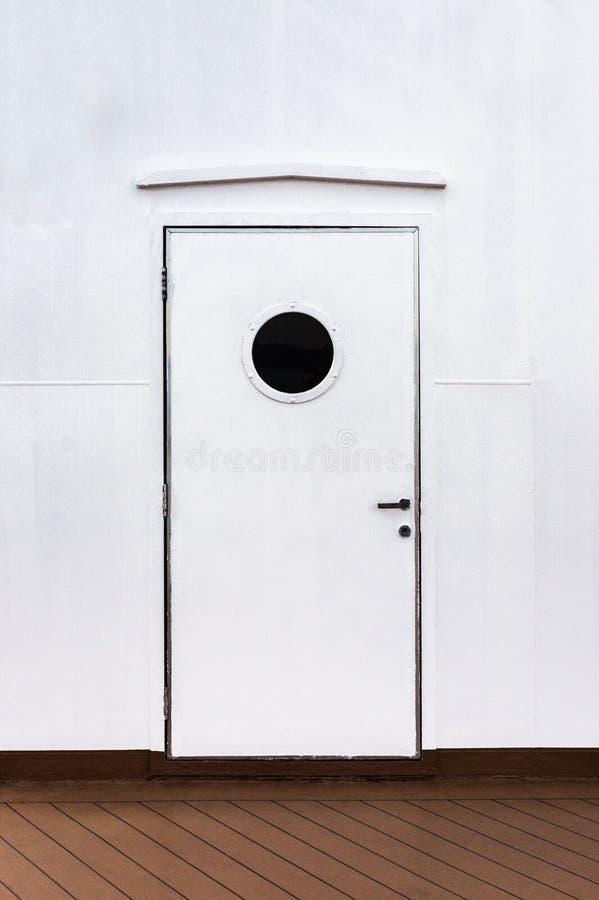 Закрытая внешняя дверь белого металла с круглым окном на туристическом судне стоковое фото rf