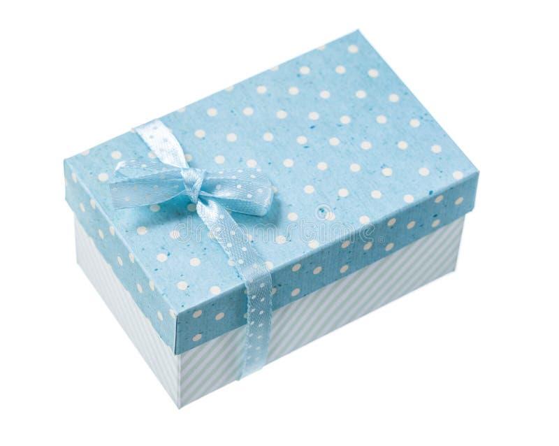 Закрытая голубая присутствующая коробка изолированная на белизне стоковые изображения