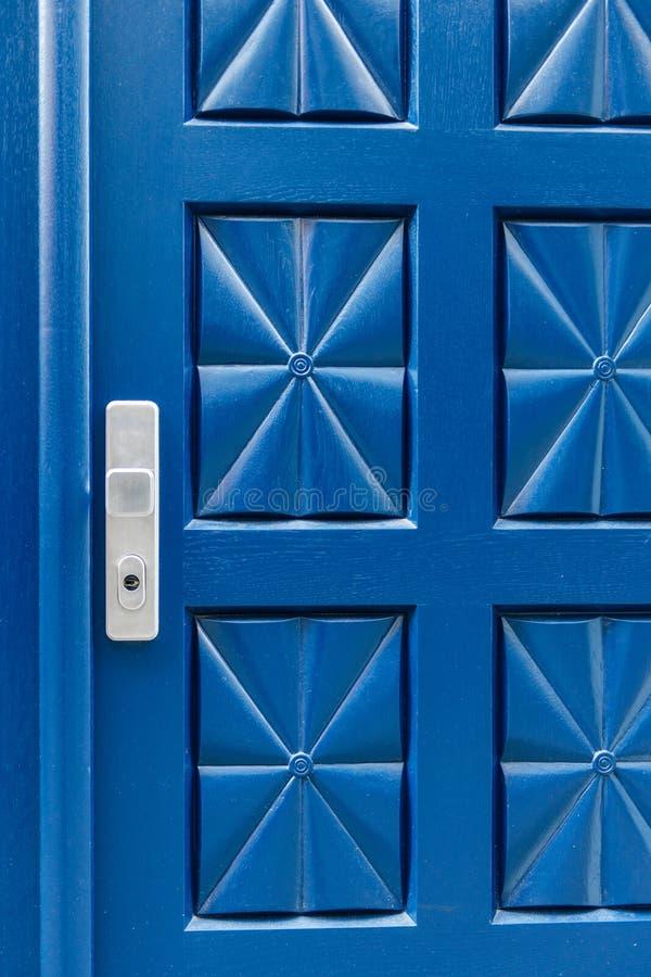 Закрытая голубая дверь с ручкой картины и алюминия стоковое фото rf