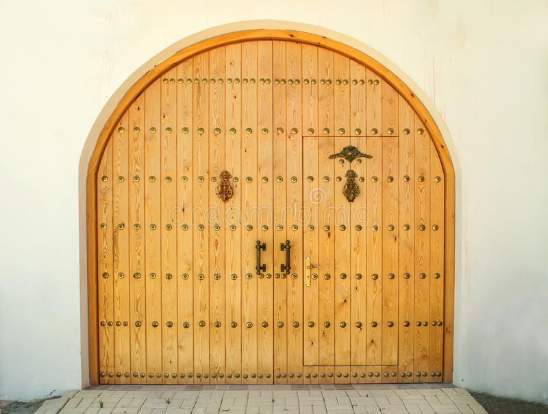 Закрытая деревянная дверь в дневном времени стоковые изображения