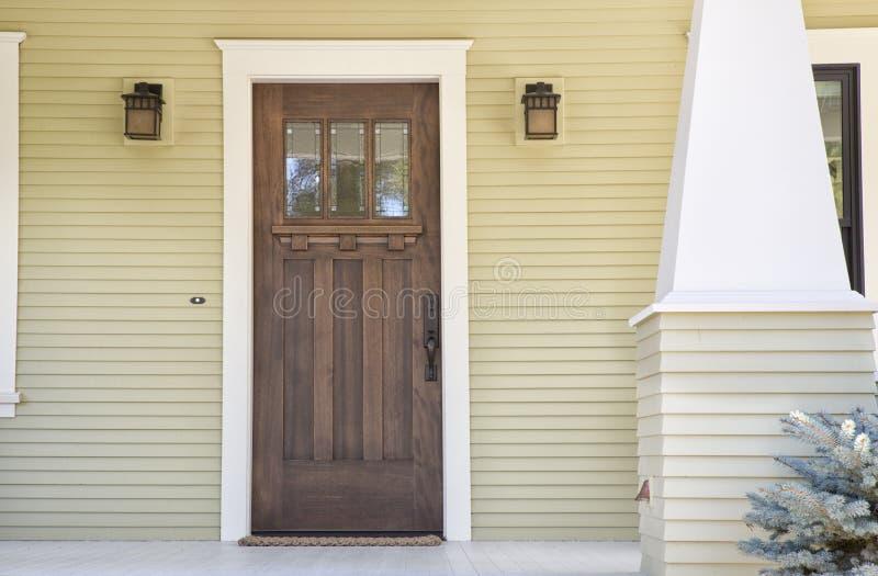 Закрытая деревянная дверь дома стоковое изображение