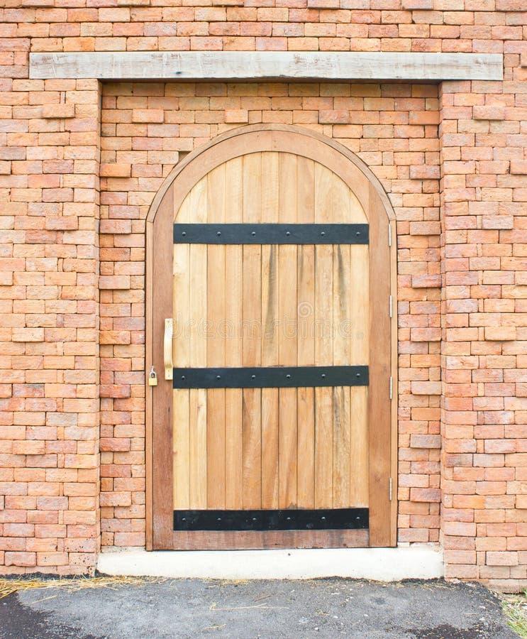 Закрытая деревянная дверь. стоковая фотография