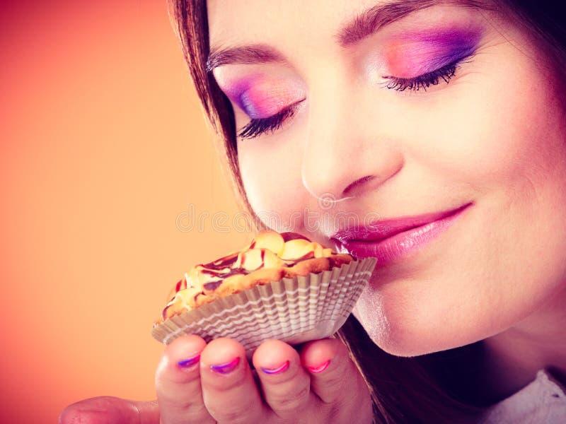 Закрытая женщина наблюдает торт владениями в руке стоковые фотографии rf