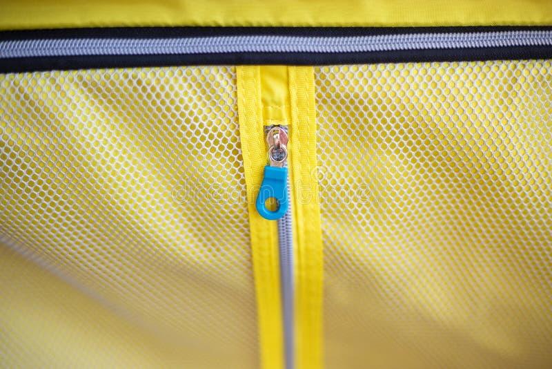 Закрытая молния внутри чемодана с предпосылкой текстуры сетки стоковое фото