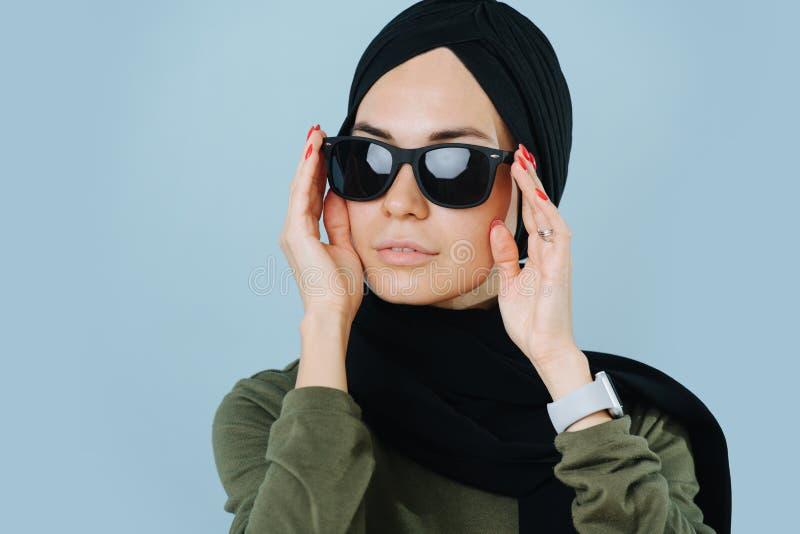 Закрытая портрет стильной мусульманки в солнцезащитных очках стоковые изображения rf