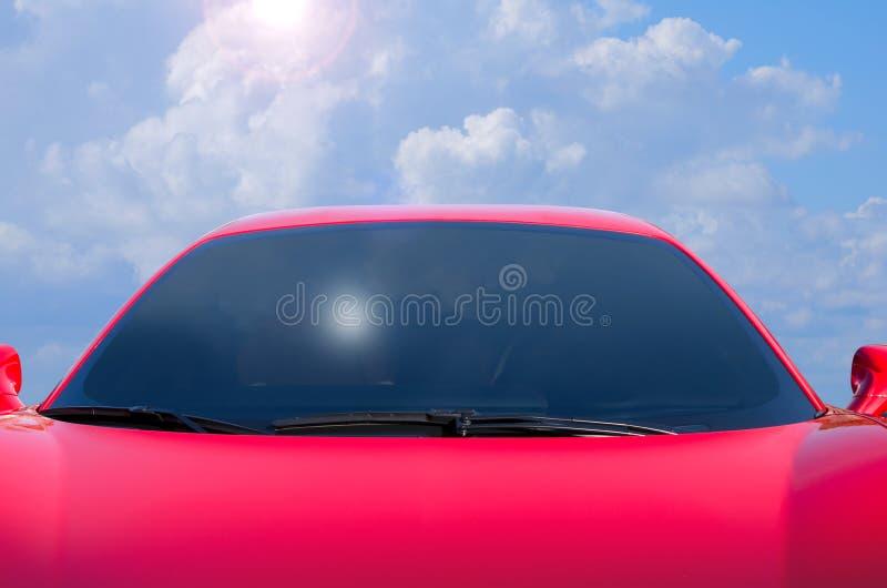 Закрытие автомобиля типа 'красной' красной спортивной красной палочки с облачным фоном стоковое изображение rf