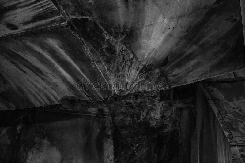 Закрытие в градациях серого снимка старого жутко выветренного подвала со сломанными стенами и текстурами стоковое изображение rf