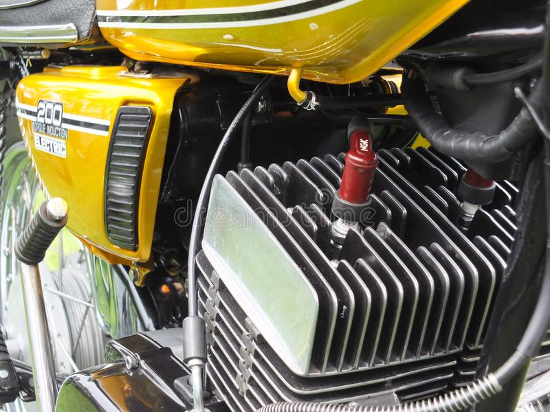 закрытие двигателя и боковой крышки винтаж мотоцикла yamaha rd 200 1975 года на hebden bridge ежегодный винтаж выходные стоковые изображения