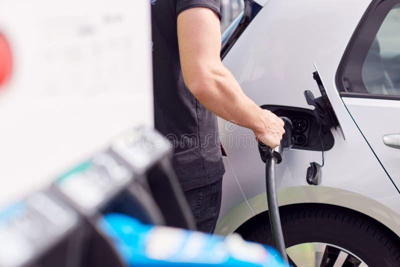 Закрытие Кабеля Питания, Присоединяющего Электропитание К Экологически Чистым Электромобилям, Выбросам Которых Приблизительно При стоковая фотография