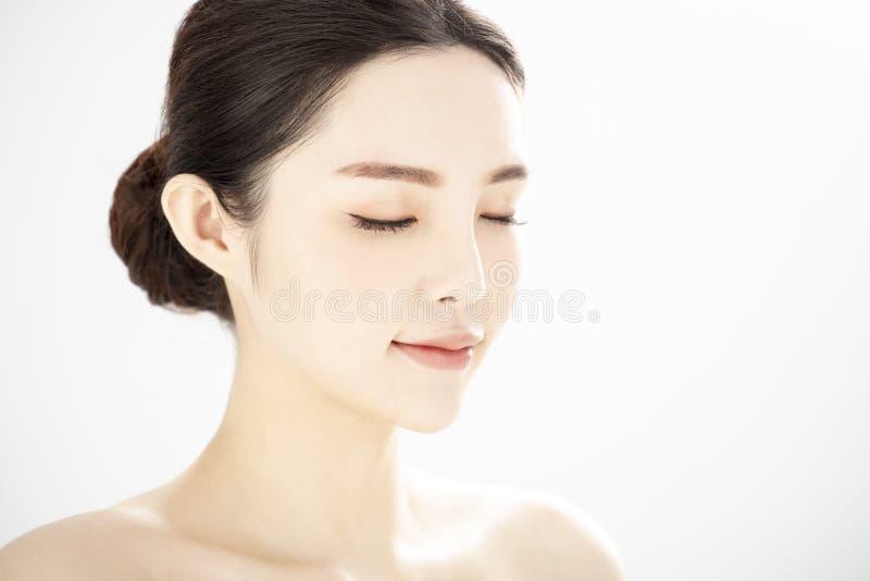 Закрытие молодой красоты с здоровой безупречной кожей над белым фоном стоковые изображения