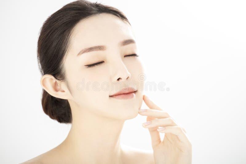 Закрытие молодой красоты с здоровой безупречной кожей над белым фоном стоковое изображение