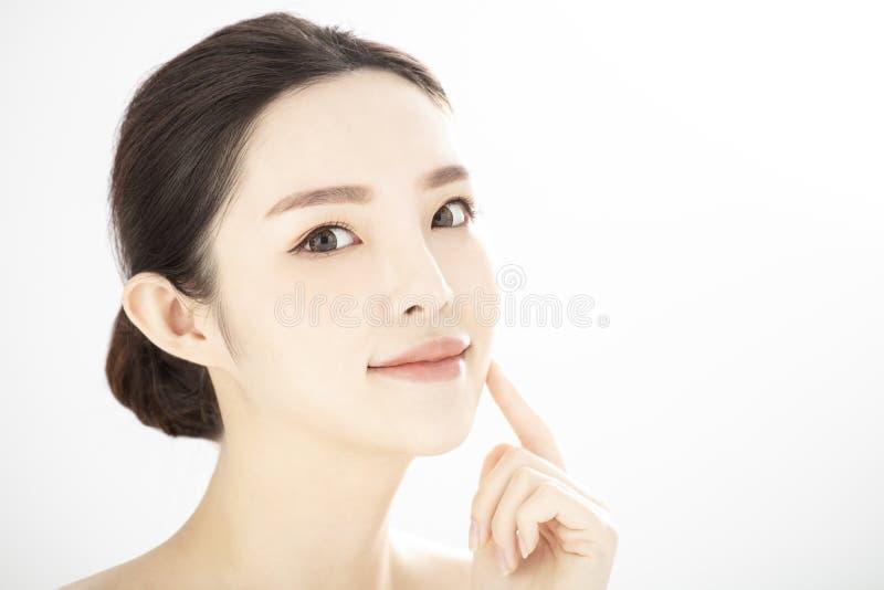 Закрытие молодой красоты с здоровой безупречной кожей над белым фоном стоковые изображения rf