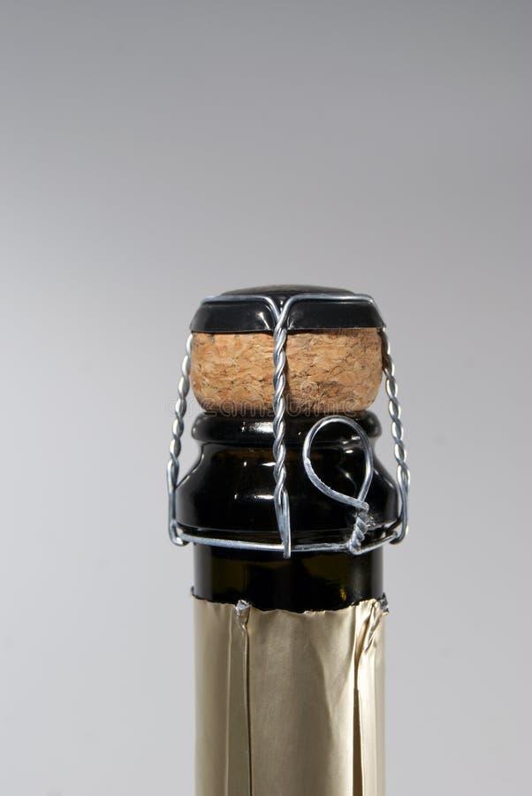 Закрытие пробочки и muselet на бутылке игристого вина, неоткрытой стоковое изображение