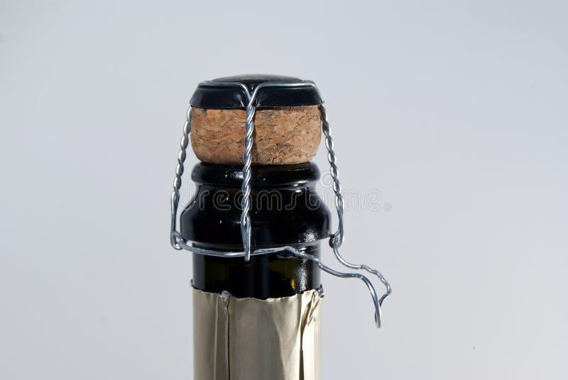 Закрытие пробочки и muselet на бутылке игристого вина, с раскрученной петлей провода стоковое изображение rf