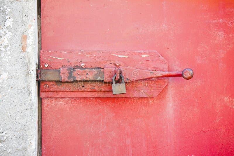 Закрытие старой деревянной двери - изображение концепции безопасности стоковые фото