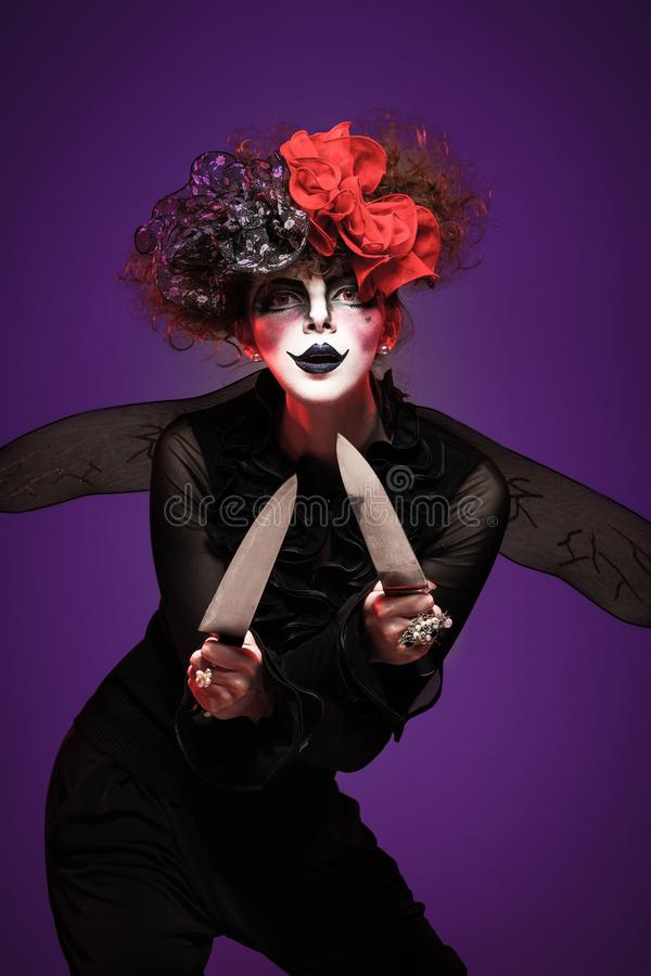 Закрытие страшной клоунской женщины-холдинга стоковые фото