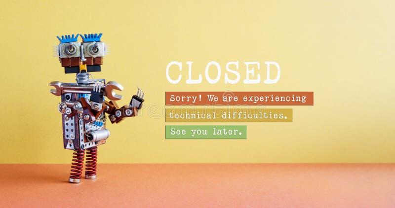 Закрыто для плаката работ по техническому обслуживанию или обслуживанию забавный робот-мастер и заметка на желтом красном фоне За стоковая фотография rf
