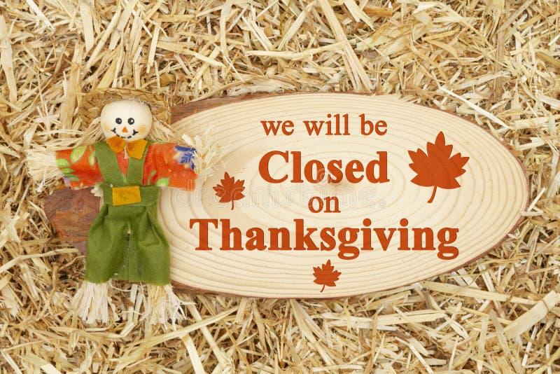 Закрыто для сообщения о День благодарения с помощью скандала с табличкой из дерева стоковое фото rf