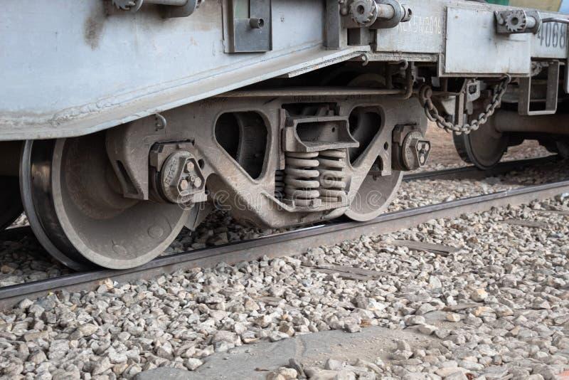 Закрыто до колеса грузового поезда стоковое фото