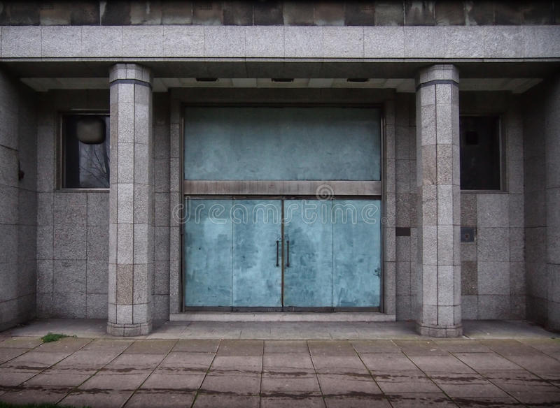 Закрытые двери в старом покинутом офисном здании стоковые изображения