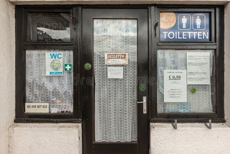 Закрытые объекты уборного на променаде в Oostende, Бельгии стоковые изображения
