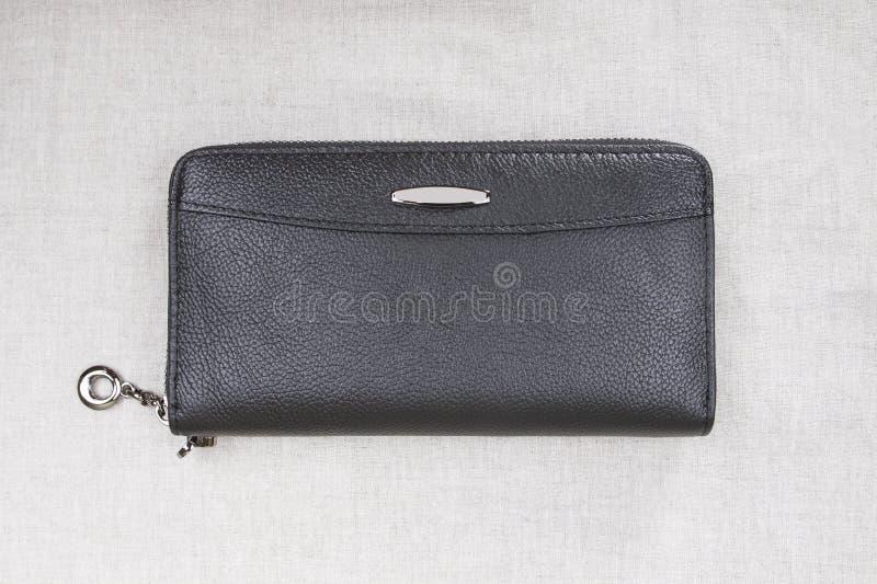 Закрытый бумажник ` s людей; черное портмоне стоковое изображение