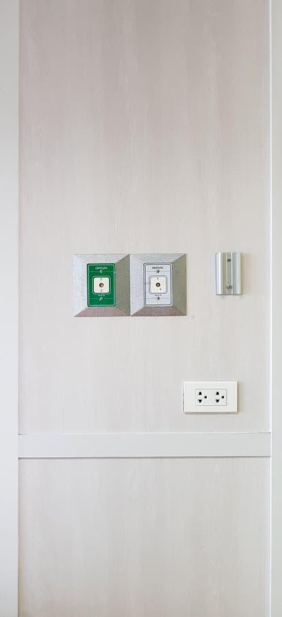 Закрытый вверх по выходу вакуума на белой стене зеленой комнатой стационарной больного выхода кислорода стоковая фотография rf