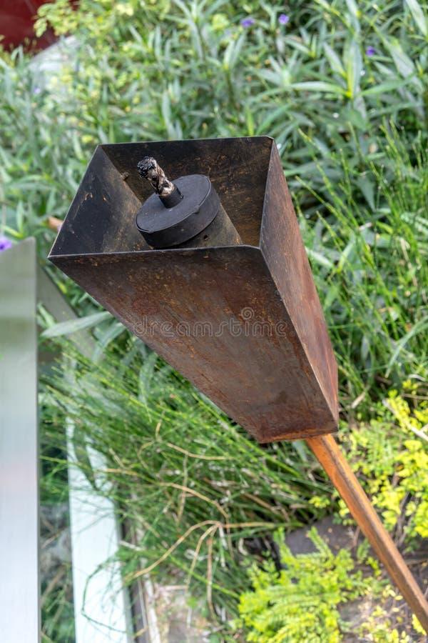 Закрытый вверх по ржавой лампе факела металла в открытом саде для lig ночи стоковая фотография rf