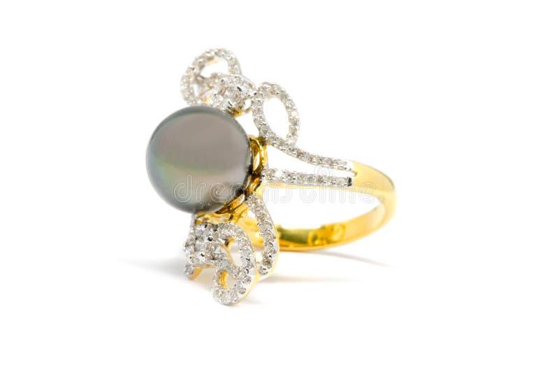 Закрытый вверх по темному жемчугу при изолированное кольцо диаманта и золота стоковое фото rf