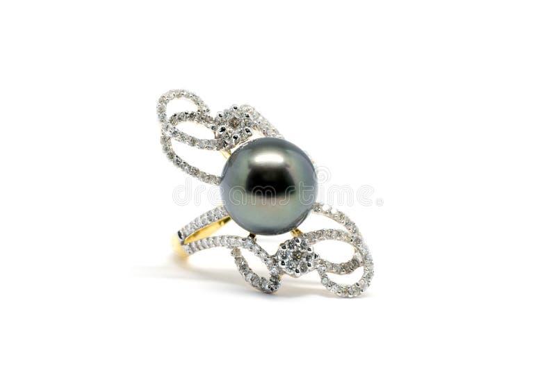 Закрытый вверх по темному жемчугу с кольцом диаманта и золота стоковые изображения rf