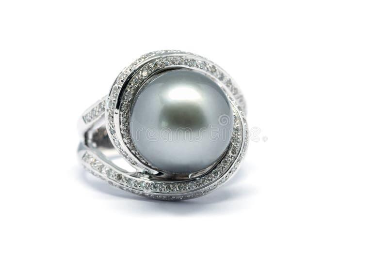 Закрытый вверх по темному жемчугу с кольцом диаманта и платины стоковые изображения rf
