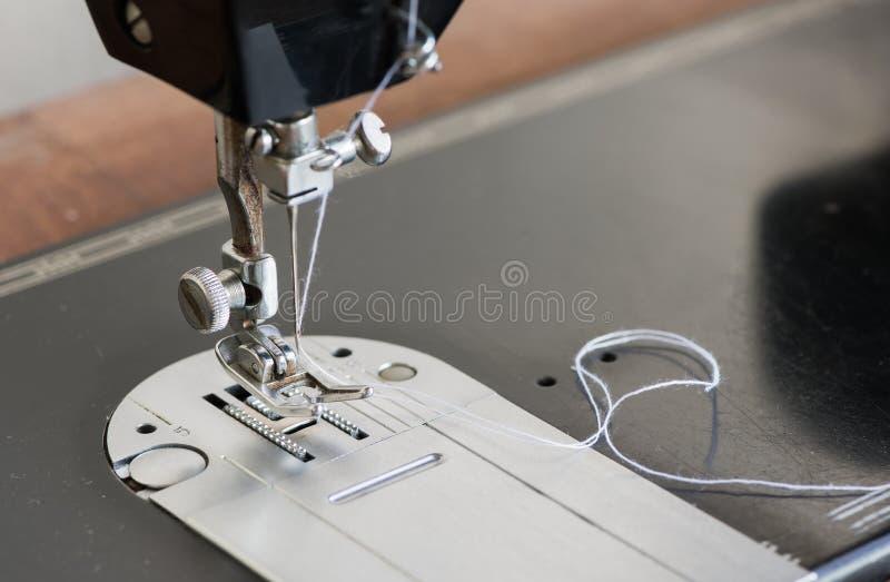 Закрытый вверх швейной машины стоковые фотографии rf