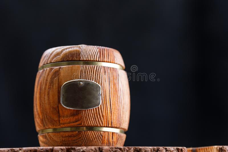 Закрытый деревянный бочонок с медом на деревянной пиле на темной предпосылке barrette скопируйте космос стоковое фото